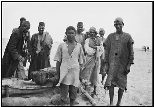 صورة نادرة وواضحة للعمال أثناء فترة راحة وشرب الماء (فلسطين الحرب العظمى – الأرشيف العسكري الأسترالي)
