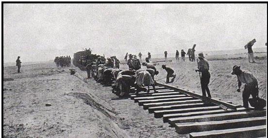 أنفار من فرقة العمال المصرية أثناء إنشاء خط السكك الحديدية عبر سيناء أثناء الحرب العالمية الأولى