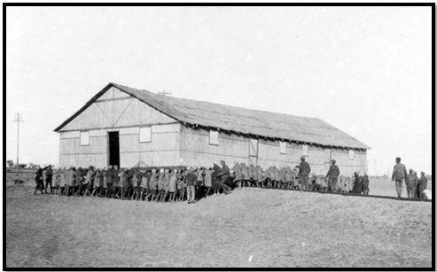 أنفار من فرقة العمال المصرية أثناء نقل عنبر خشبي إلى نقطة التمركز الجديدة (اللُد ـ فلسطين 1917)