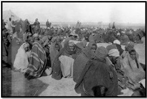 أنفار من الفرقة المصرية ينتظرون بالمستشفى الثالث الميداني بالقنطرة لتلقي العلاج (1916)