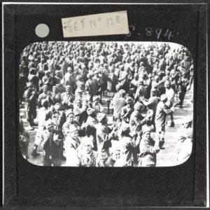 شريحة زجاجية تظهر أنفار الفرقة المصرية بالزي النظامي يصفقون ويغنون عند وصولهم الجبهة الغربية في بولونيا ( فرنسا 12 أغسطس 1917)