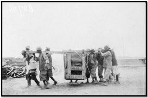 أنفار يحملون معدات ثقيلة في طريقهم إلى الخطوط الأمامية للجبهة